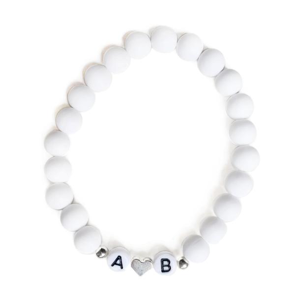 Biely matný s iniciály, strieborné srdce i bodky