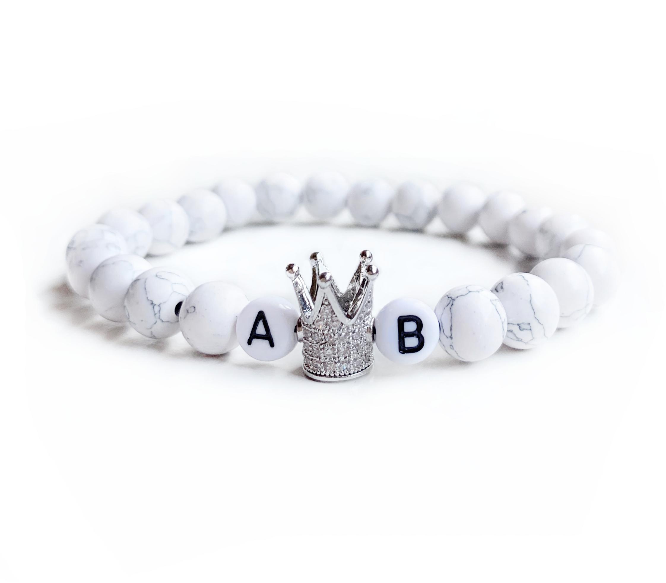 Biely mramorovaný s iniciály a striebornou korunou